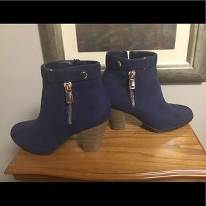 Women's Apt 9 Ankle Boot Sz 8 Side zipper in blue.